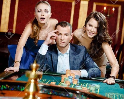 18077018-homme-avec-deux-femmes-jouant-à-la-roulette-au-casino-